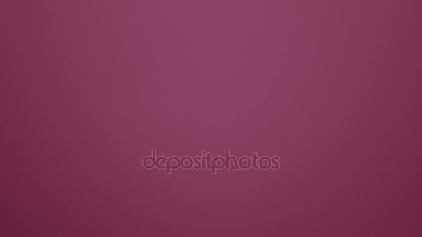 Goccia di acqua che cade su sfondo rosa