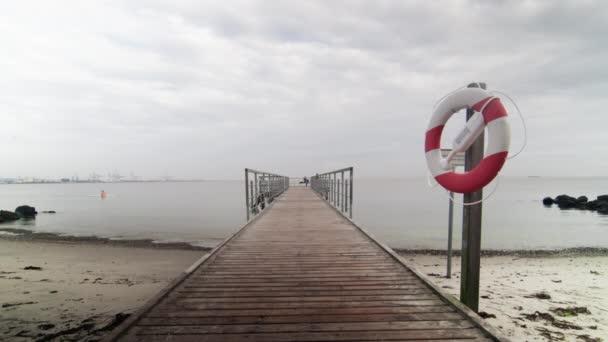 Boje hängt an Mast an Strandpromenade