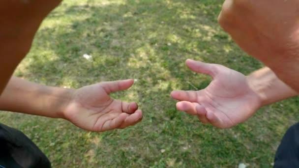 Top Kilátás két pár kéz játszik kő-papír-olló