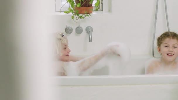 Bruder und schwester spritzen seife suds im bath