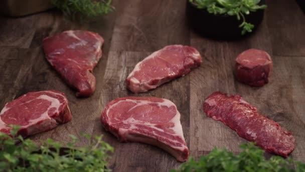 Čerstvé surové hovězí maso řezy na kuchyňské lince