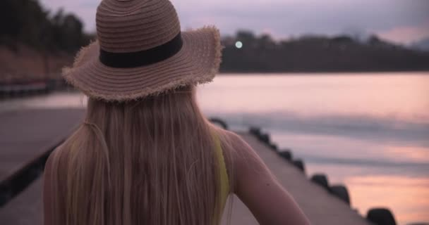 Blondýnka cestovatel vezme telefon ven, aby si fotografii jezera