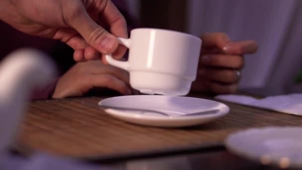 Servírka servírování Cupu Detailní záběr ruky