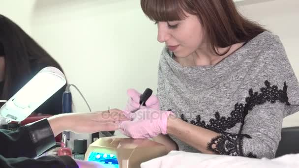 Detail ženy dostat nehty manikúra od kosmetička