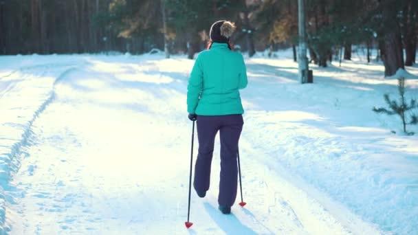 Žena pro nordic walking v destinaci winter park