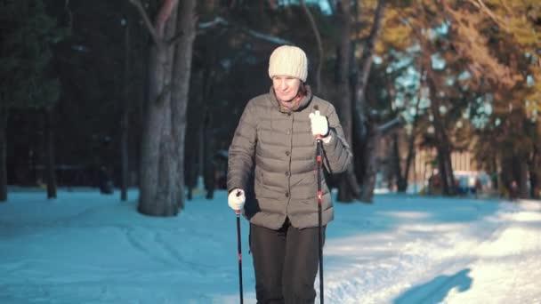 Aktivní senior žena. Běžecké lyžování v lese