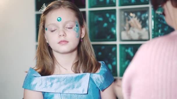 Maler macht Schmetterling Form Mädchen Gesicht