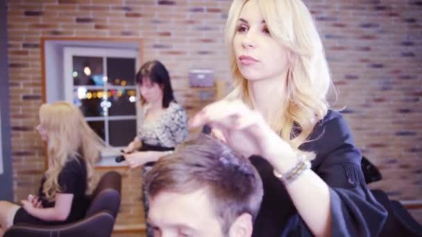 Videos de cortes de cabello femeninos