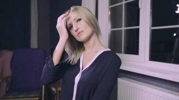 Smyslná žena model s dlouhé blond vlasy