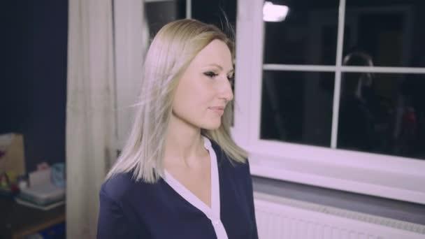 Smyslná žena model s větrem ošlehané létající blond vlasy