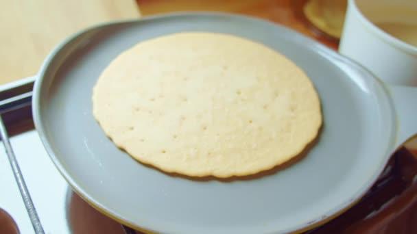 Flapjack, Tortilla, Pizza, Pfannkuchen backen Pfanne. Küchenherd, Dampf, Blasen.