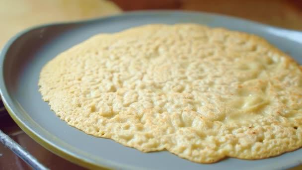 Flapjack, Tortilla, Pizza, Pfannkuchen in der Pfanne backen. Leckere Textur. Nahaufnahme.