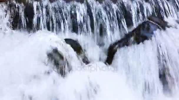 montagne carpatiche e cascata