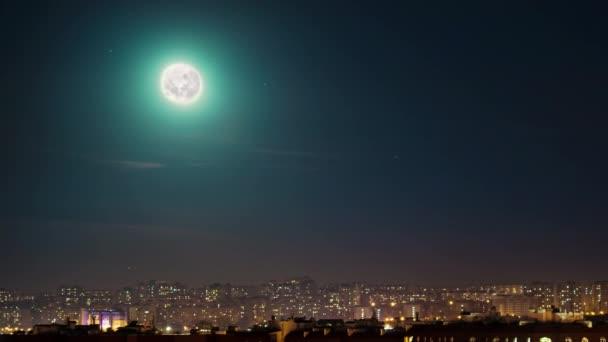 úplněk nad městem v noci