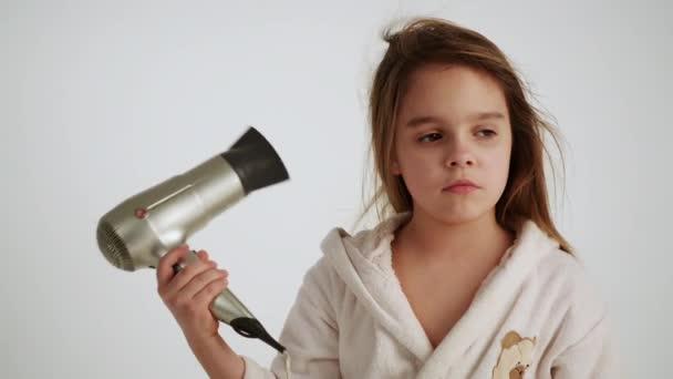 dívka v županu sušení vlasů