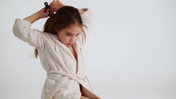 malá dívka česání vlasů