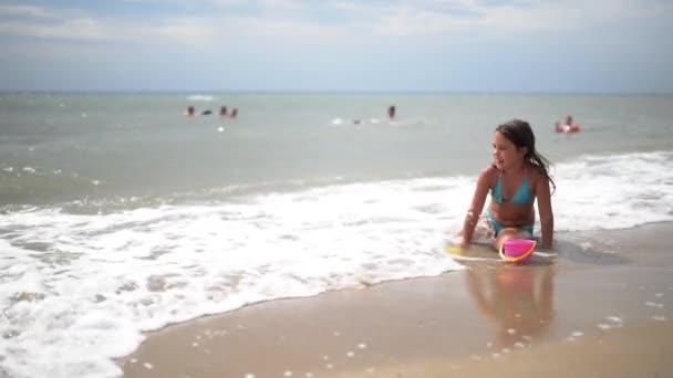 holčička na pobřeží moře
