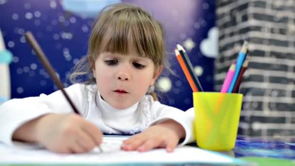 dívka kreslení pastelkami