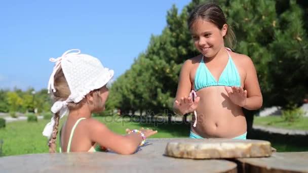 malé holčičky hrají na dřevěný stůl