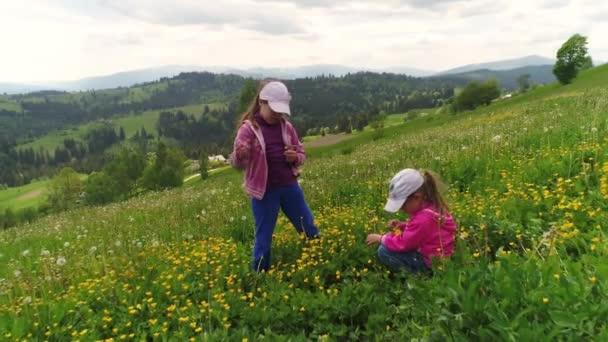 Dívky v poli trhá květiny