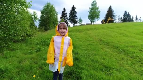 Junges Regenmantel Regenmantel Junges Mädchen Junges Mädchen Im Mädchen Im BodeWCxr