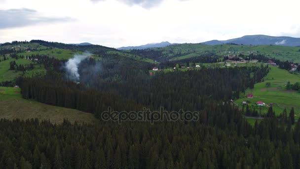Kouř se nad vesnicí
