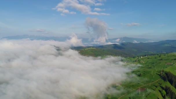 Hegyi falu felhős ég
