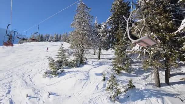 Letět přes zimní dřevo na lanovce, Hd záběry v Karpatských horách, vyfoceno na kameře Nikon D800.
