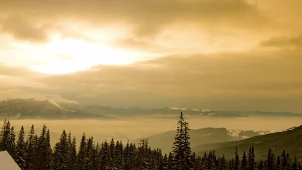 Schöner sonniger Morgen in den Bergen, Berg unter dem Himmel