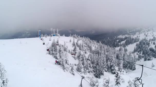 Funiculary s turisty se vracejí do sjezdovky a zpět do lyžařského střediska. Koncept dovolené v zimních víkendech a vánočních svátcích.