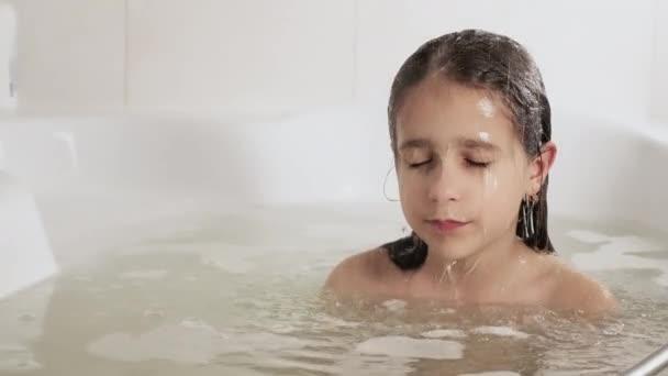 Ein Mädchen wäscht sich unter der Dusche den Kopf, 4K UHD Standvideokamera, 2x Zeitlupe.