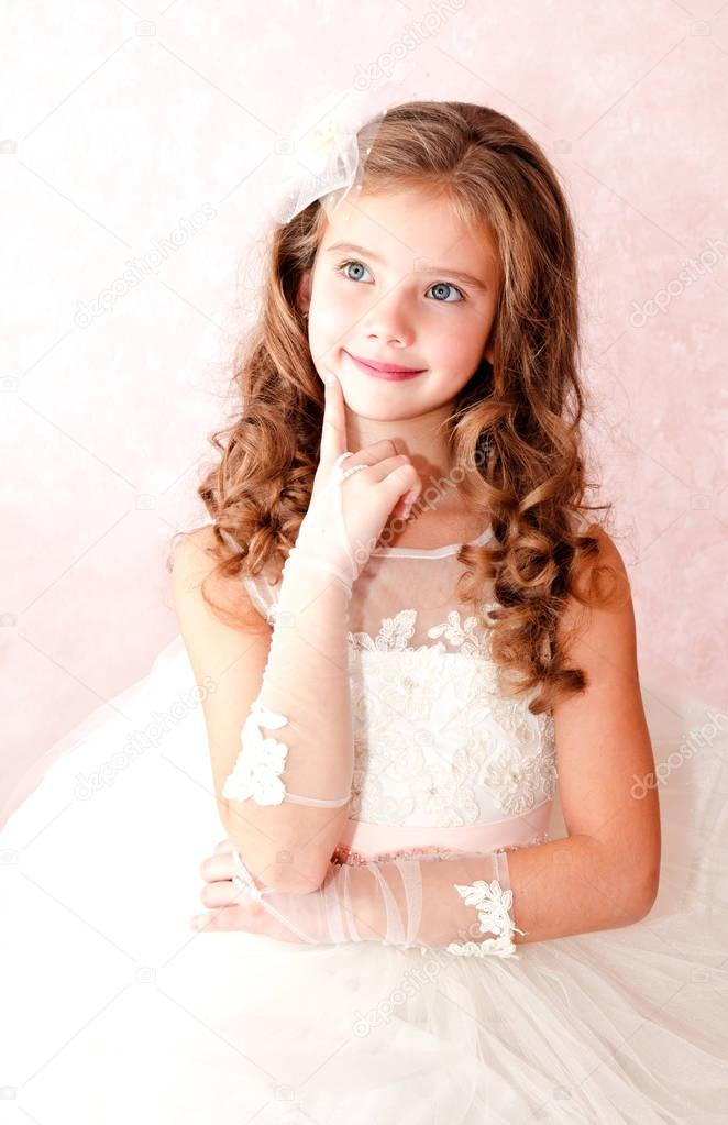 Adorable Niña Sonriente Es Soñar Con Vestido De Princesa