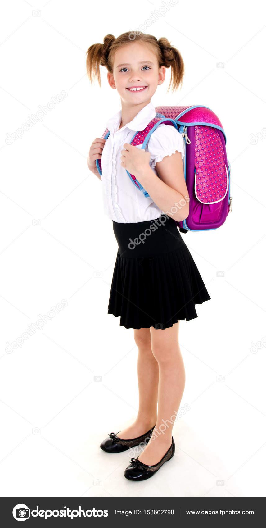 a15f8aa7d9b Πορτρέτο του χαμογελαστό παιδί κορίτσι σχολείο με το σακίδιο με τη στολή  που απομονώνονται σε λευκό φόντο — Εικόνα από ...