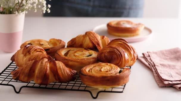 Ranní snídaně s výbornými francouzskými croissanty. Croissanty a larvy. Cukrárna. Čerstvé pekárny. Zpomalené jídlo.