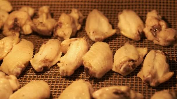 Csirkeszárnyak szósszal. Csirkeszárnyakat főz
