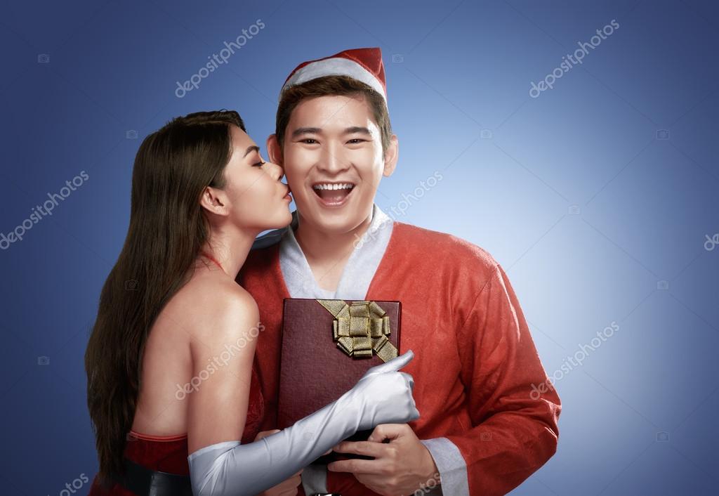 asiatische Mädchen Küsse Freund zu Weihnachten — Stockfoto ...
