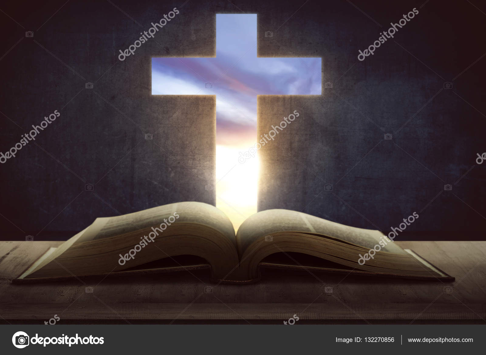 фото библии открытый библии с деревянный крест стоковое