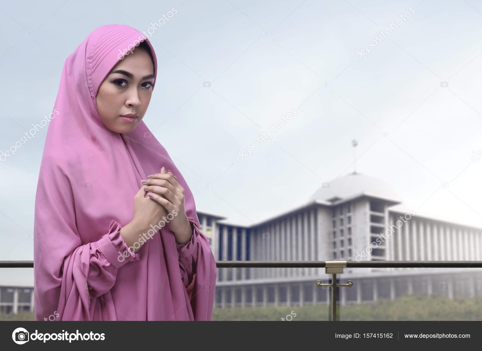 abf1f62b62c depositphotos 157415162-stock-photo-pretty-asian-muslim-woman-in.jpg