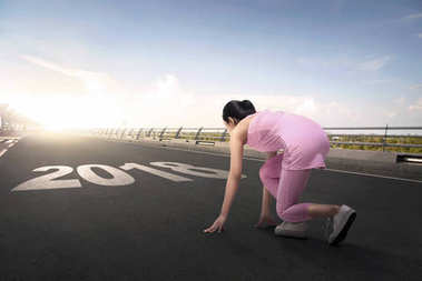 woman ready to running with 2018 number