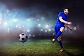 Asijské fotbalista v zápase na hřišti stadionu
