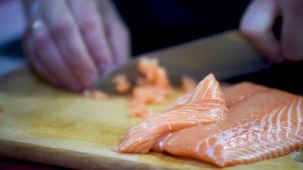 Szakács csökkenti a piros hal.