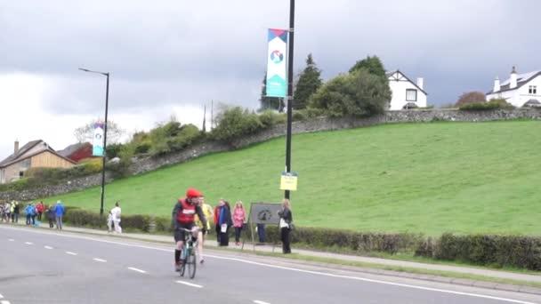 Stirling, Skotsko, Spojené království - 29. dubna 2018: Vést běžci první Srirling maraton a půlmaraton opustili jejich výchozí body pod zdmi hradu Stirling. První co se stane každoroční událost v Ferriera city