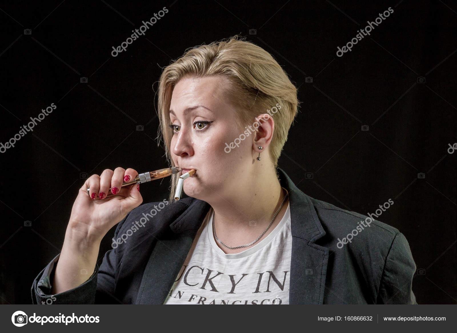 Dívka sleduje kouření