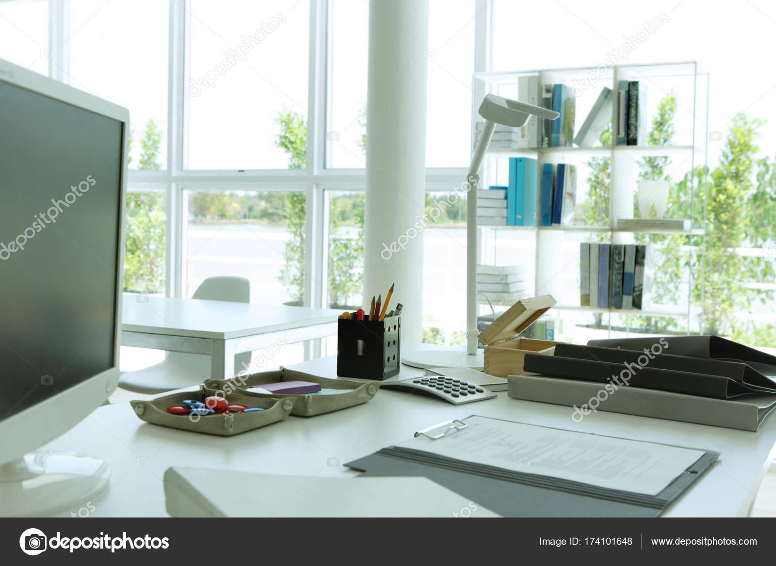 Posizione Scrivania Ufficio : Scrivania da ufficio in una buona vista u foto stock