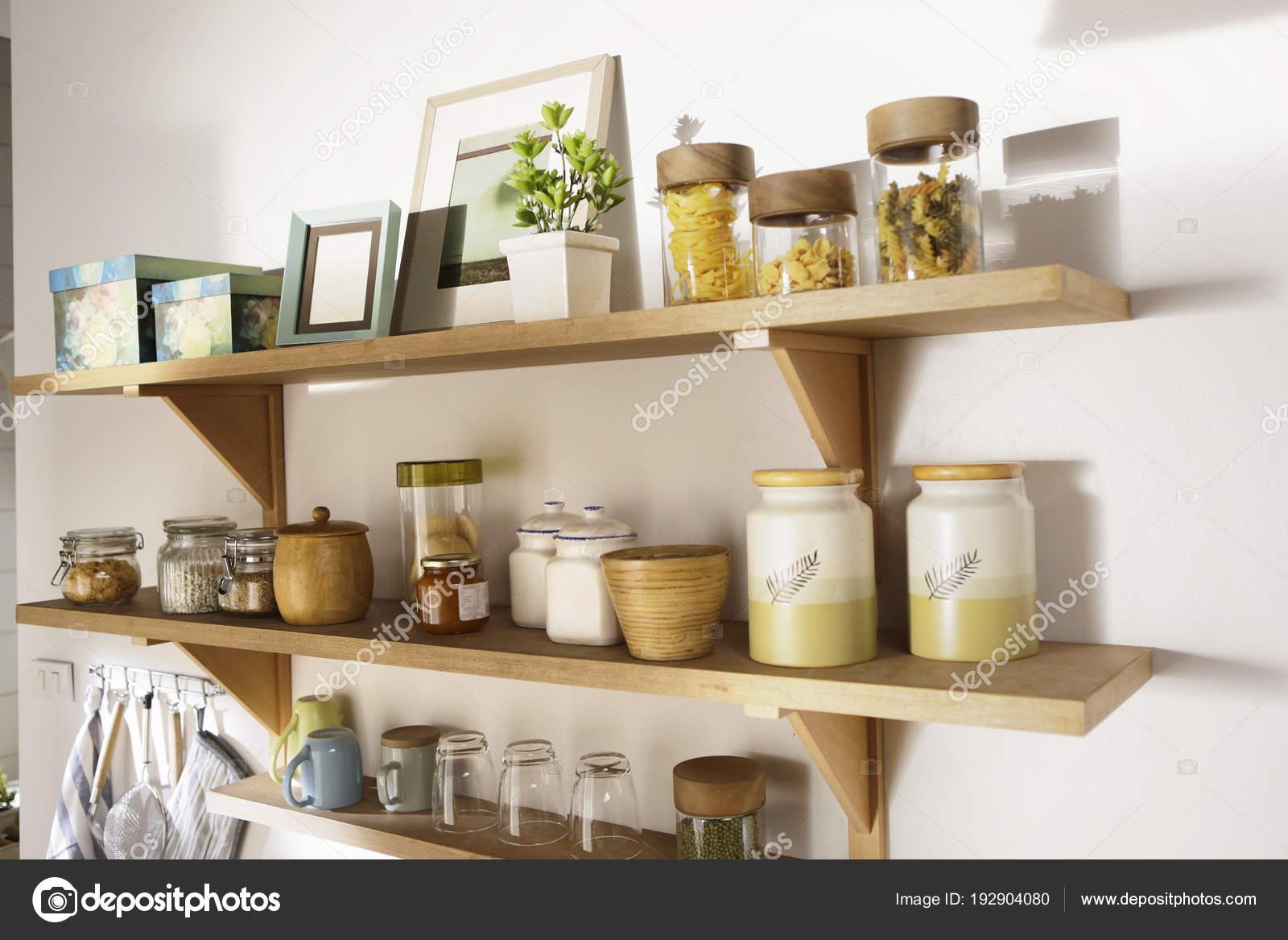 Houten plank en containers op de muur u stockfoto siva ontherock