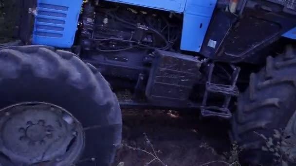Zemědělský traktor secí pole.