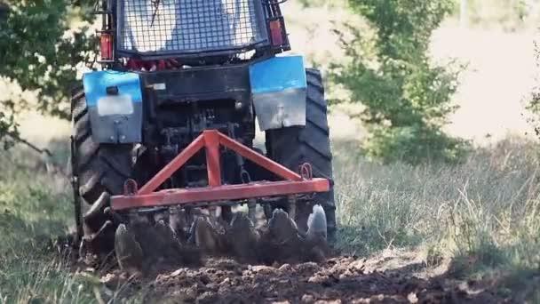 Mezőgazdasági traktor vetés mező.