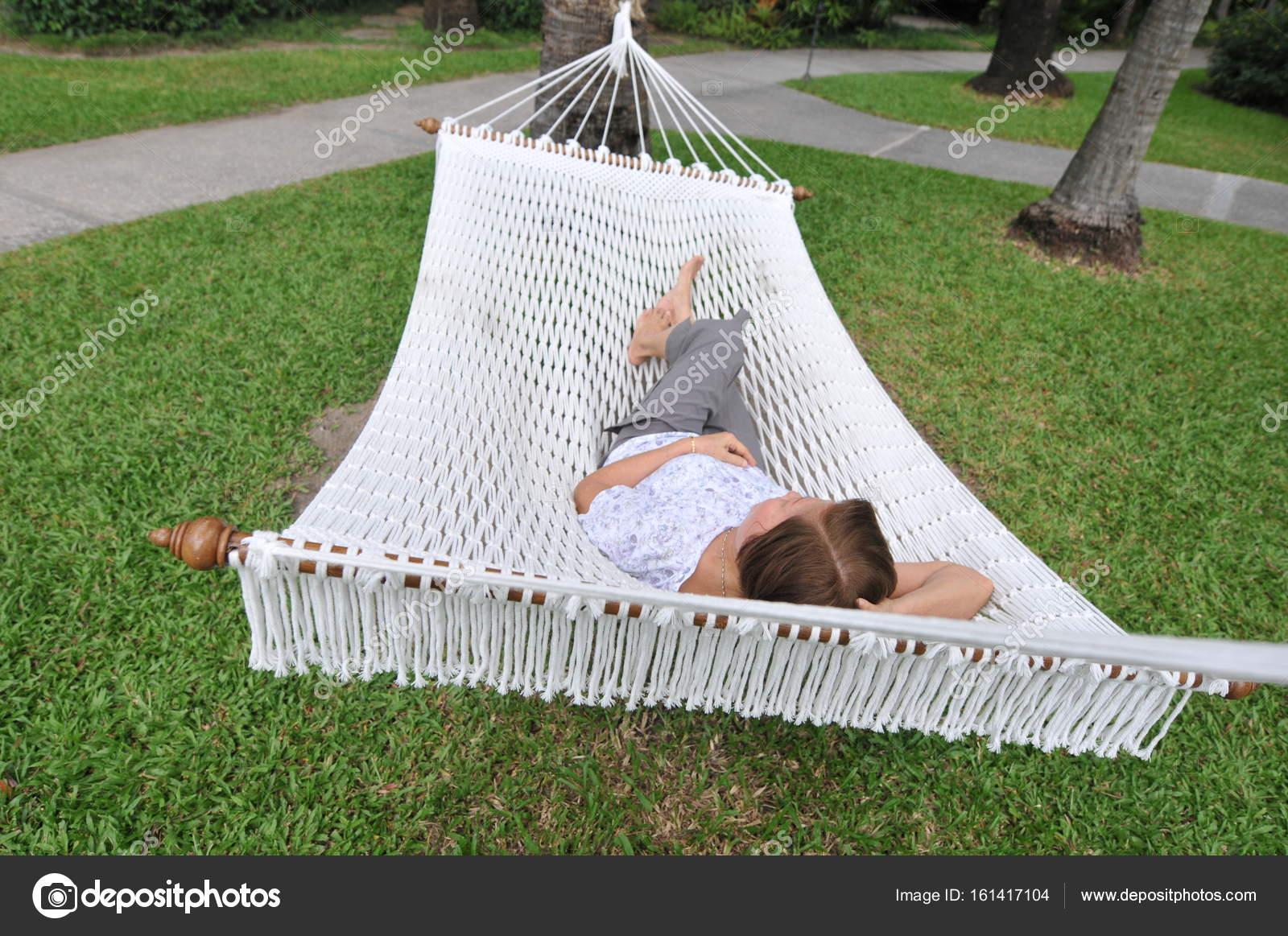 mujer de relajarse y dormir en hamaca jardn de verano con colgar