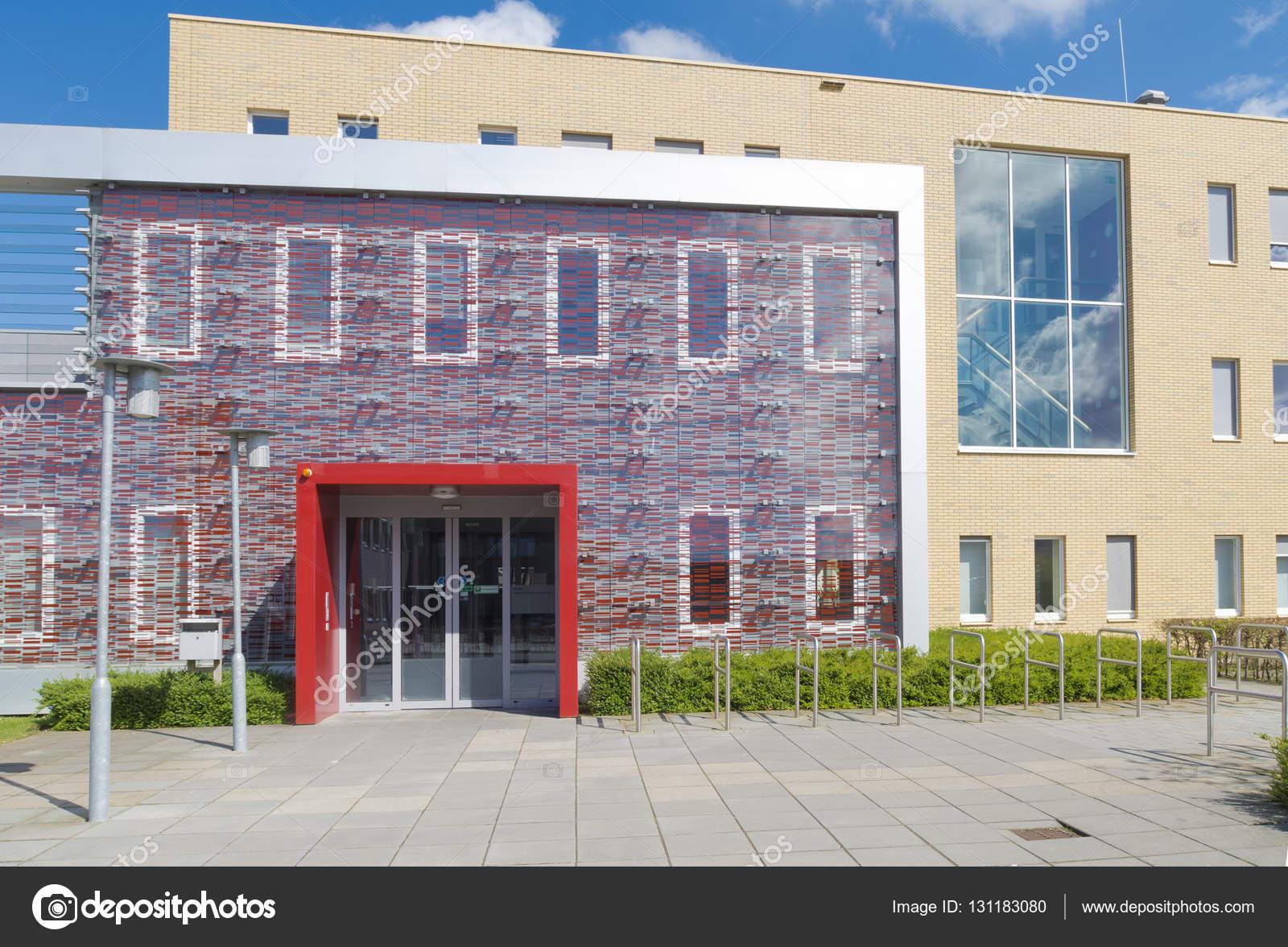 kleines Büro Gebäudeeingang — Stockfoto © hansenn #131183080