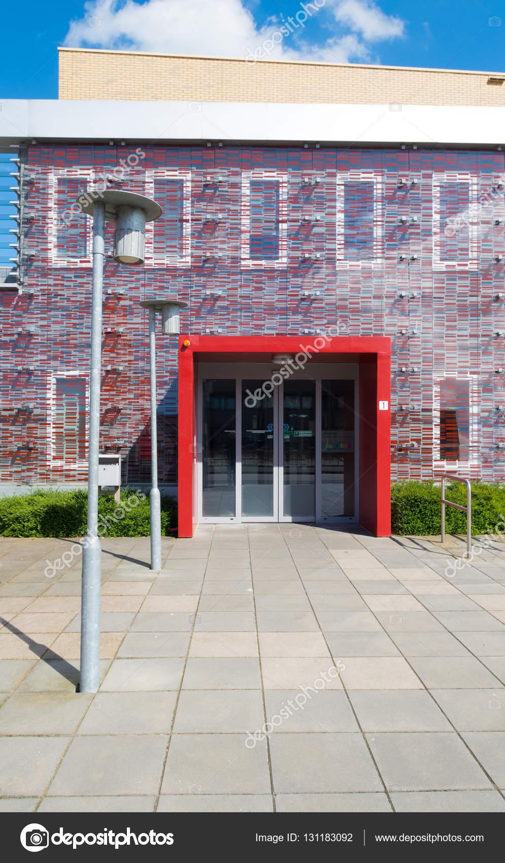 kleines Büro Gebäudeeingang — Stockfoto © hansenn #131183092